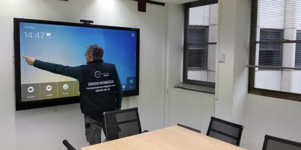 Instalación Monitor Interactivo en Consejería de Empleo CAM
